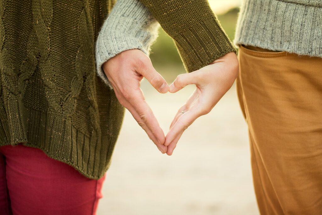 手を繋ぐ 夫婦円満 スキンシップ 大切 理由 方法